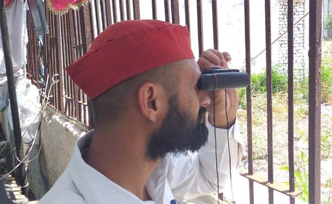 मेरठ में SP-BSP कार्यकर्ताओं ने स्ट्रॉंग रूम के बाहर लगाया तंबू, दूरबीन और कैमरों से कर रहे हैं EVM की निगरानी