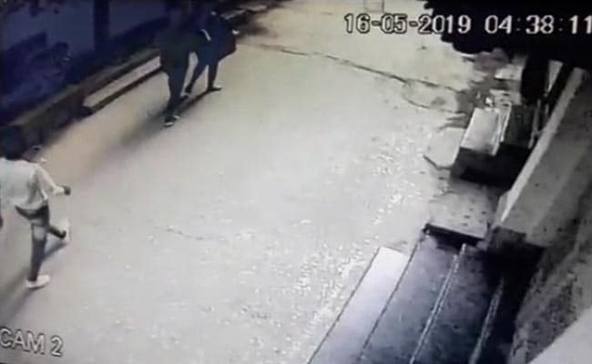 दिल्ली: ऑफिस से घर जा रही थी युवती, तभी बदमाशों ने कर दिया हमला और... देखें Video