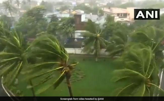 Cyclone Fani: तूफानी हवाएं, तेज़ बारिश और बादलों की गड़गड़ाहट...यूं कहर बरसा रहा है फानी तूफान, देखें VIDEO
