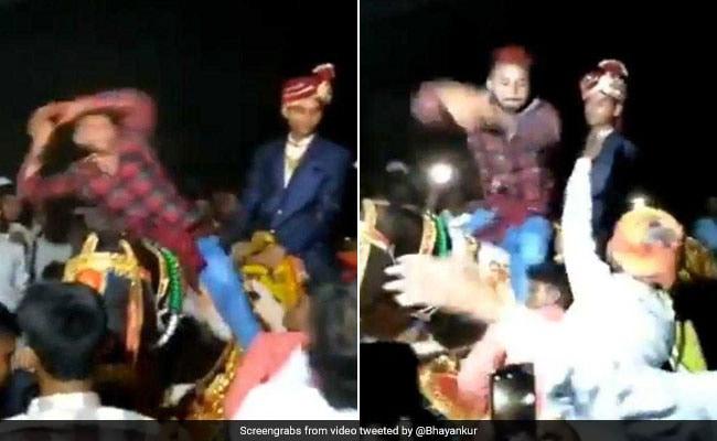 शख्स ने घोड़ी पर चढ़कर किया नागिन डांस, दूल्हे के मुंह में दबाया नोट और... देखें VIDEO