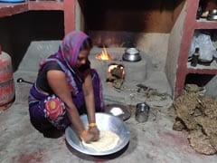 Despite PM's <i>Ujjwala Yojana</i>, Many In UP Villages Still Cooking On Stoves