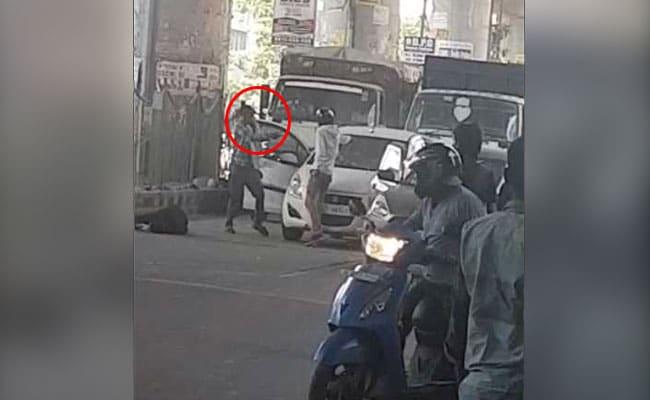 दिल्ली में बेखौफ अपराधी: बिजी रोड पर सरेआम कार रोककर की 15 राउंड फायरिंग, दो बदमाश ढेर