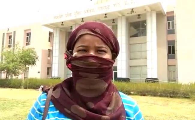 सैलरी मांगने पर युवती को डंडे से पीटा, बाल पकड़ जमीन पर घसीटा, वीडियो वायरल होने के बाद पुलिस ने दर्ज किया मामला