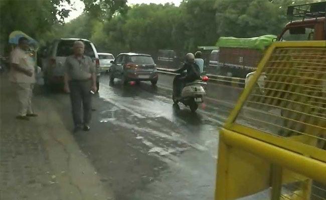 दिल्ली और आसपास के इलाकों में बारिश, आंधी चलने और ओले गिरने के भी आसार