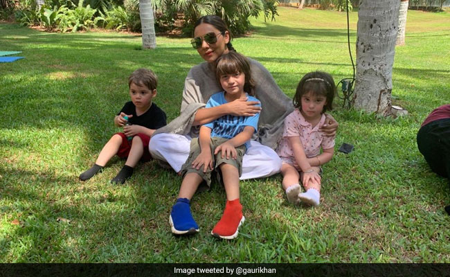 Gauri Khan Chills With AbRam, Roohi And Yash. Shah Rukh Khan Wins Us Over With His Tweet Again
