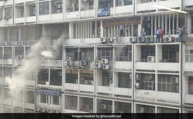 दिल्ली के नेहरू प्लेस में बिल्डिंग में लगी आग, तीस लोगों को बाल-बाल बचाया, VIDEO में देखें पूरा हादसा