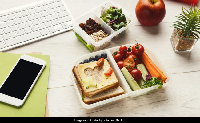 This Self-Heating Smart Lunchbox May Help You Ditch Office Queues For Microwave Forever
