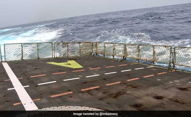 भारतीय नौसेना ने बताया कितना ताकतवर है 'Cyclone Fani', दिखाईं ये 3 तस्वीरें