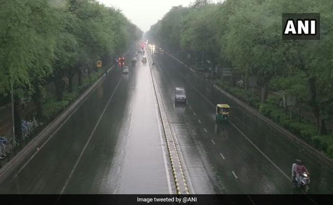 राजधानी दिल्ली में बारिश से मौसम हुआ सुहाना लेकिन जाम ने बढ़ाई लोगों की मुसीबत