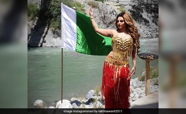 इस बॉलीवुड एक्ट्रेस ने पाकिस्तानी झंडे के साथ पोस्ट की फोटो, सोशल मीडिया पर फैन्स को आया गुस्सा