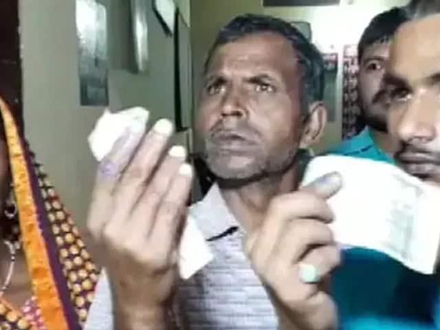 Video : உ.பி.யில் கிராமவாசிகள் கை விரல்களில் வலுக்கட்டாயமாக நேற்றே மை வைத்தாக பரபரப்பு