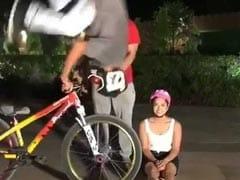 सड़क पर बैठी थी सनी लियोन तभी आया साइकिलवाला और फिर हुआ कुछ ऐसा...देखें धमाकेदार Video