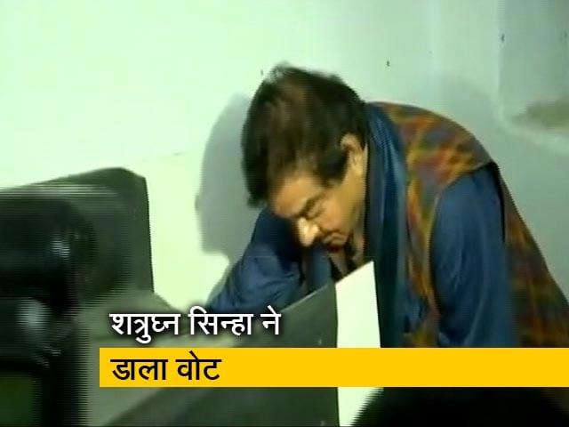 Videos : शत्रुघ्न सिन्हा ने डाला वोट, पटना साहिब में रविशंकर प्रसाद से है मुकाबला