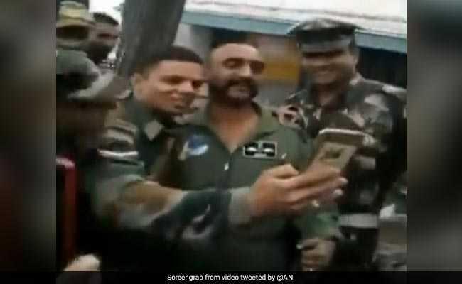 विंग कमांडर अभिनंदन का वायरल हो रहा नया VIDEO, सेल्फी की होड़ के बीच लगे 'भारत माता की जय' के नारे