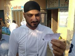 Lok Sabha Polls: Harbhajan Singh Votes in Jalandhar, Rules Out Entry Into Politics