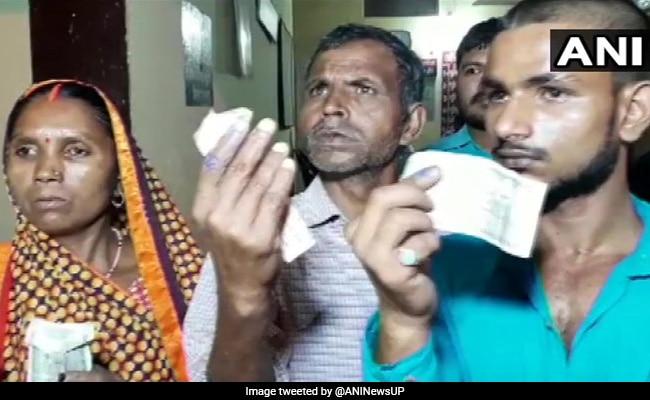 General Elections 2019: यूपी: मतदान से एक दिन पहले वोटर्स की उंगलियों पर जबरन लगाई गई स्याही, बोले- 'BJP वालों ने 500 रुपये देकर कहा किसी को बताना नहीं'