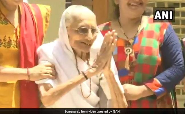 Election Results: पीएम नरेंद्र मोदी की मां को देख लगे हर-हर मोदी, घर-घर मोदी के नारे, हीराबेन ने जोड़े हाथ... देखें VIDEO