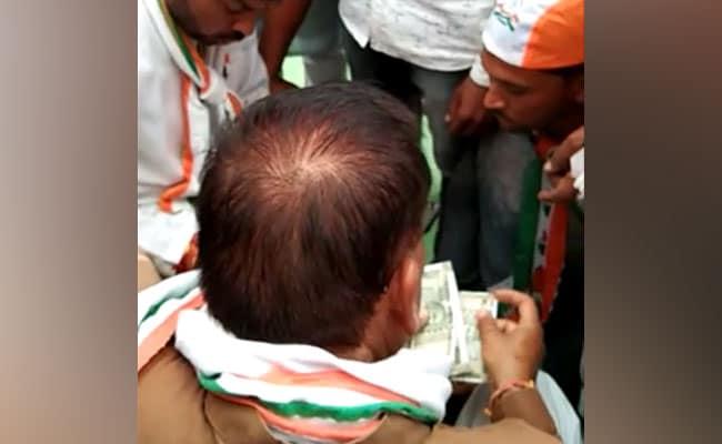 मध्यप्रदेश : हार्दिक पटेल की जनसभा के बाद नोट बांटते हुए दिखे कांग्रेस के नेता