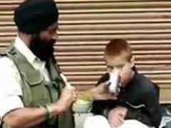 CRPF जवान ने भूखे लकवाग्रस्त बच्चे को खिलाया खाना, कुमार विश्वास ने कही दिल छू लेने वाली बात
