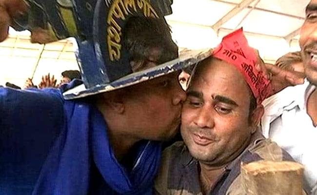 जब चुनावी रैली में बसपा के कार्यकर्ता ने समाजवादी पार्टी समर्थक को किया 'किस'...देखें - VIDEO