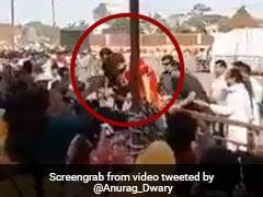 ...जब जनता से मिलने के लिए बैरिकेड से कूद गईं प्रियंका गांधी, Video हुआ वायरल