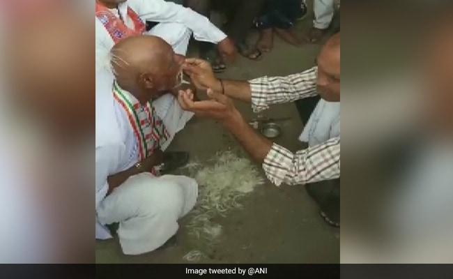 नरेंद्र मोदी के दोबारा प्रधानमंत्री बनने पर कांग्रेस कार्यकर्ता हारा शर्त, सबके सामने सिर मुंडवाया