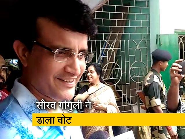 Videos : कोलकाता में वोट डालने पहुंचे पूर्व क्रिकेटर सौरव गांगुली