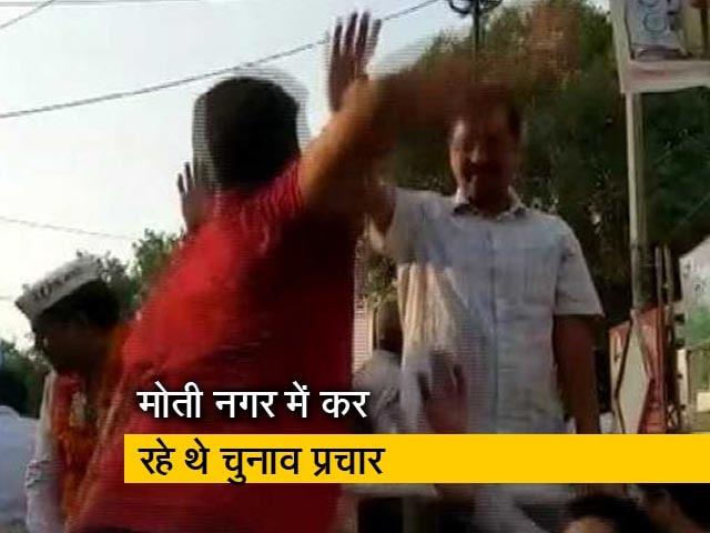 Videos : रोड शो के दौरान केजरीवाल को शख्स ने मारा थप्पड़
