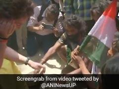 ...जब प्रचार के दौरान सांप से खेलने लगीं प्रियंका गांधी, देखें VIDEO