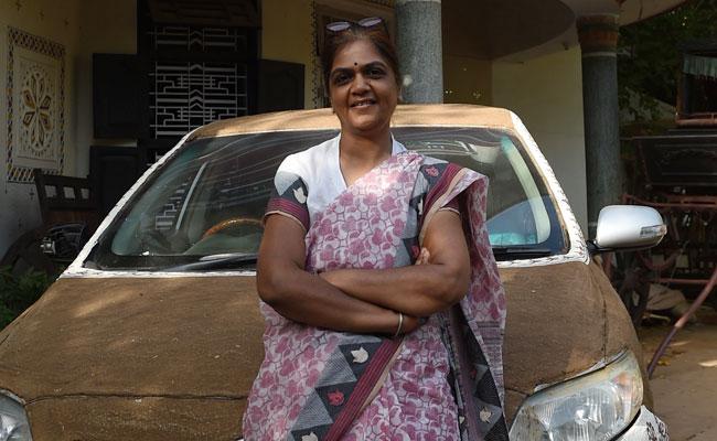 लाखों की गाड़ी पर महिला ने पोत दिया गाय का गोबर, वजह बताते हुए बोलीं - मेरी कार को गर्मी...