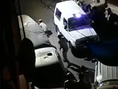 दिल्ली : पुलिस की टीम पर पथराव, पिस्तौल लहराकर डराना पड़ा