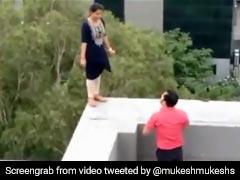 नौकरी से निकाला तो बिल्डिंग की 7वीं मंजिल पर जा चढ़ी लड़की, फिर हुआ कुछ ऐसा- देखें Video