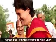 Election 2019: मोदी-मोदी के नारे लगा रहे थे लोग, प्रियंका गांधी ने कार से उतरकर हाथ मिलाकर कहा- 'ऑल द बेस्ट...' देखें VIDEO