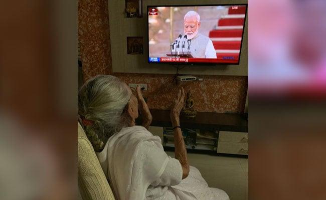पीएम मोदी की मां ने टीवी पर देखा शपथ ग्रहण समारोह, ऐसे जाहिर की अपनी खुशी