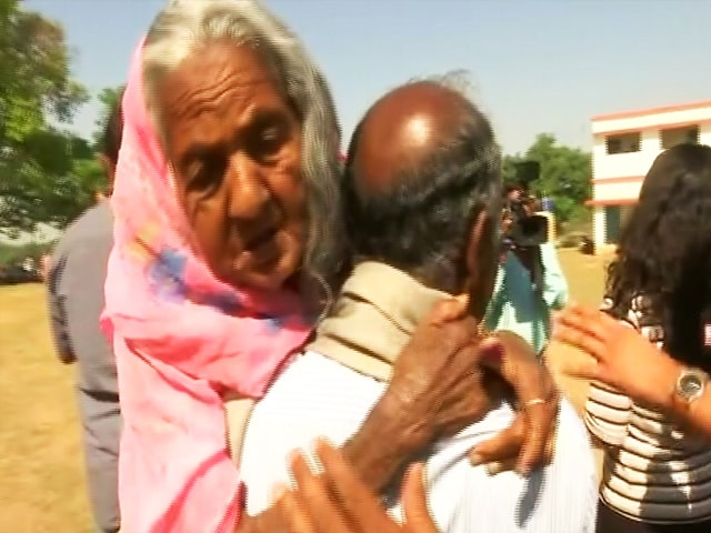 Video : Jharkhand Man Carries 105-Year-Old Mother To Polling Booth