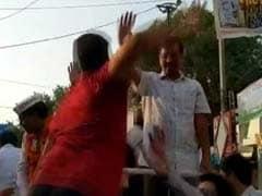 டெல்லி பேரணியில் அரவிந்த் கெஜ்ரிவால் கன்னத்தில் பளார்!! சரிந்து விழுந்த முதல்வர்!
