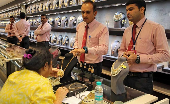 Gold Prices Moves Lower To 32,670 Rupees