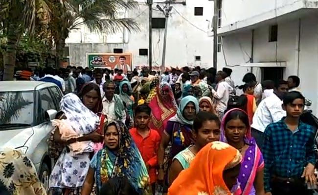 BJP सांसद वोट के लिए दे रहे थे रुपये, घर पर लगा था लोगों को हुजूम, मीडिया पहुंची तो भीड़ को खदेड़ा, देखें VIDEO