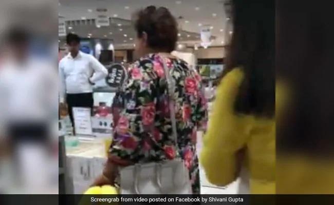 लड़कियों ने पहने छोटे कपड़े तो चिढ़ गई महिला, कहा- 'तुम लोगों के साथ तो रेप होना चाहिए...' वायरल हुआ VIDEO