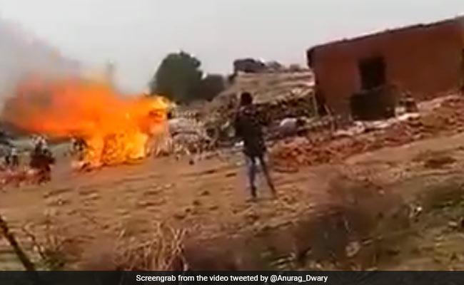 आंखों के सामने आशियाना ढहा तो आग में कूद गई महिला, वायरल हुआ Shocking Video