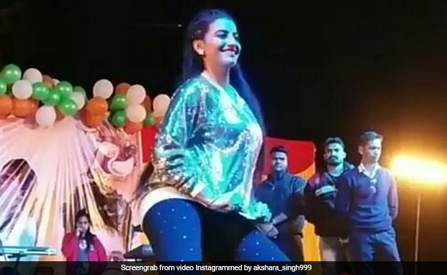 खेसारी लाल यादव के गाने पर अक्षरा सिंह ने किया धमाकेदार डांस, वायरल हुआ VIDEO
