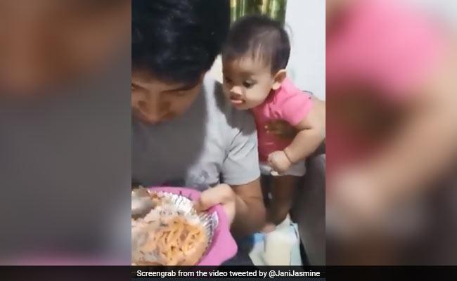 Video: বাবাকে খেতে দেখে বাচ্চার জিভে জল! বাবাকে কী বললেন অমিতাভ?