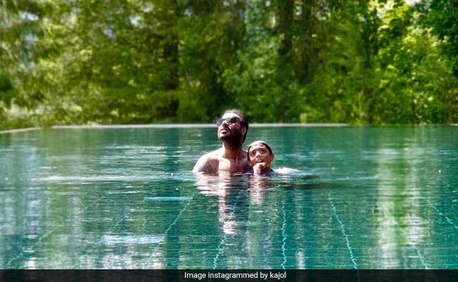 अजय देवगन बेटे संग स्विमिंग पूल में कर रहे थे मस्ती, काजोल ने शेयर की Photo