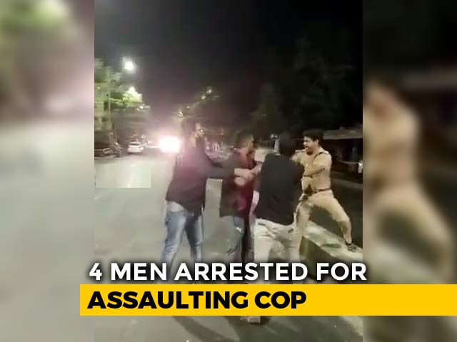 """Video : On Video, Policeman Heckled By Four """"Drunk"""" Men On Road In Chennai"""