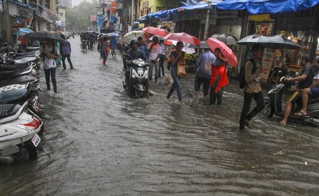 मुंबई में मॉनसून की पहली बारिश, कई इलाकों में जलभराव के बाद लगा जाम, BMC अलर्ट पर