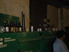 दिल्ली: रेव पार्टी में एक्साइज डिपार्टमेंट और दिल्ली पुलिस ने मारा छापा, भारी मात्रा में शराब और ड्रग्स बरामद