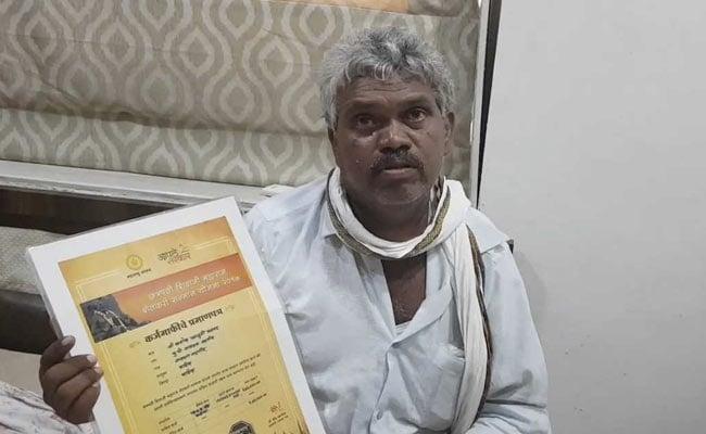 मुंबई : कर्जमाफी में गड़बड़ी की शिकायत करने विधान परिषद पहुंचे किसान को पुलिस ने लिया हिरासत में