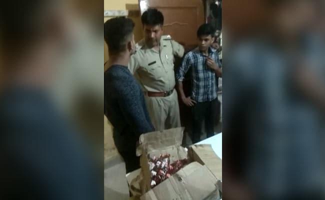 VIDEO: गुरुग्राम में अवैध शराब पकड़ने पहुंची पुलिस, माफियाओं ने SHO के सिर पर फोड़ी बोतल