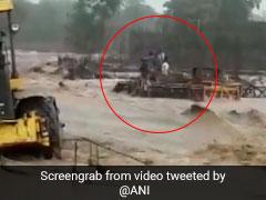सूखी नदी पर पुल बना रहे थे मजदूर, अचानक आ गई पानी की तेज धार, फिर...देखें- VIDEO