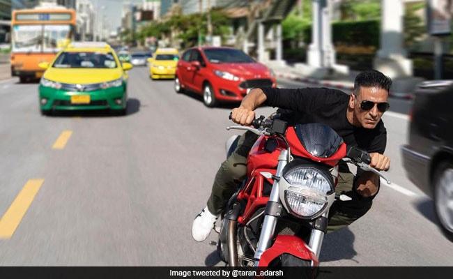 अक्षय कुमार बैंकॉक की सड़कों पर यूं बाइक चलाते आए नजर, Photo हुई वायरल